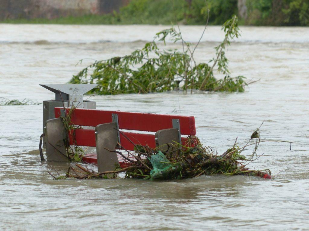 Überschwemmte Parkbank